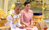 Quốc vương Thái Lan phế truất Hoàng quý phi: 4 vợ và chuyện chú chó được yêu chiều đặc biệt