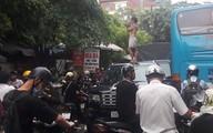 Hà Nội: Xôn xao hình ảnh cô gái không mặc áo trèo trên nóc ô tô la hét khiến người đi đường hoảng sợ
