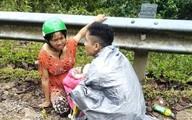 """Dưới mưa tầm tã, chồng làm """"bà đỡ"""" giúp vợ vượt cạn bên lề đường"""