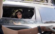 Người phụ nữ ngồi trong ô tô ném kẹo cho nhóm trẻ vùng cao khiến dân mạng bức xúc