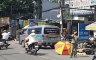 Cô gái 20 tuổi bị xe tải cán tử vong thương tâm, người dân dùng ô che nắng cho thi thể