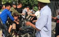 Nhờ đứa trẻ dẫn đường, 2 thanh niên bị dân làng vây đánh vì nghĩ bắt cóc trẻ em