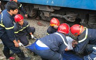 Cảnh sát giải cứu người đàn ông bị cuốn vào gầm tàu ở Sài Gòn