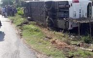 Xe khách chở 40 người bị lật, người dân đập cửa cứu hành khách