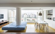 Căn hộ có thiết kế mở, các phòng có thể giao tiếp với nhau nhờ điều chỉnh rèm cửa và nội thất
