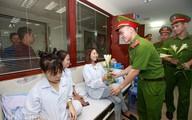 """Dàn """"soái ca"""" cảnh sát bất ngờ vào viện tặng hoa nữ bệnh nhân"""