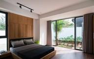 Ngôi nhà vườn ở ngoại ô xanh tươi, trong lành với cây cối tỏa bóng nắng quanh nhà