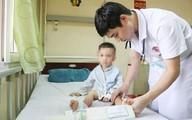 Bé trai 3 tuổi đột nhiên không thể đứng dậy, nói cười sau giấc ngủ trưa ở trường học