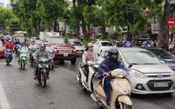 Hà Nội: Đón mưa rào trở lại sau những ngày nắng gắt, người dân hả hê đi làm trong tiết trời mát dịu