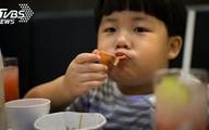 Cậu bé 5 tuổi bị gan nhiễm mỡ, mẹ hối hận khi biết được nguyên nhân gây bệnh