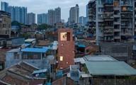 """Căn nhà """"một mình một kiểu"""" nổi bật giữa khu phố toàn nhà cổ"""