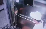 Bức xúc: Người đàn ông ngoại quốc giơ chân đạp hỏng toàn bộ nút bấm điều khiển thang máy rồi ung dung bỏ đi