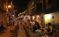 Hà Nội: Bất chấp nguy hiểm, khách du lịch vẫn thản nhiên chụp ảnh, ăn uống ngay sát đường ray tàu