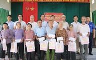 Báo Gia đình và Xã hội tặng quà 50 hộ gia đình chính sách tại tỉnh Tuyên Quang