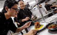 Bí quyết nấu ăn khiến thực khách bất ngờ của 'phù thủy ẩm thực' Luke Nguyễn