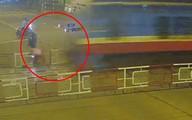 Bất chấp rào chắn chờ tàu hỏa, người đàn ông phóng xe máy lao vào bị tàu húc văng