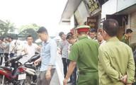 """Hiện trường vụ nổ """"hộp quà"""" ở Linh Đàm, nhân chứng hoảng sợ: Vật lạ bắn vào cổ nạn nhân khiến chảy rất nhiều máu"""