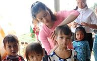 Cô giáo Tắk Pổ: 'Đi hái rau rừng với cô nào!', học trò đồng thanh: 'Dạ'
