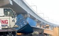 Xe container kéo sập cầu bộ hành trước cổng Suối Tiên