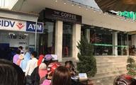 """Thấy dòng người chen nhau xếp hàng trước cây ATM ngày giáp Tết, người đàn ông kê bàn mở luôn dịch vụ... """"rút tiền nhanh"""""""
