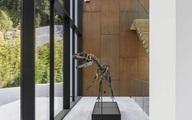 Biệt thự kỳ lạ với bộ xương khủng long hơn 100 triệu năm tuổi