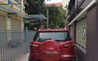 """Đỗ xe giữa ngõ, xong việc quay lại tài xế """"toát mồ hôi"""" khi đọc được nội dung mảnh giấy dán trên xe"""