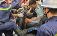 Hà Nội: Giải cứu tài xế xe tải mắc kẹt sau tai nạn giao thông