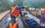 Quảng Bình: Xúc động hình ảnh cán bộ, chiến sĩ trèo đèo, lội suối ứng cứu đồng bào dân tộc Vân Kiều