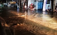 Lũ lên nhanh ở Quảng Nam, người dân tất tưởi chạy đồ trong đêm