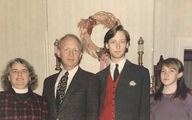 Bức ảnh chụp kỷ niệm dịp Giáng sinh của gia đình 4 người không thể bình thường hơn nhưng chứa đựng chi tiết đặc biệt khiến MXH xôn xao