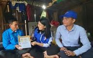 """Trao tặng huy hiệu """"Tuổi trẻ dũng cảm"""" cho thanh niên cứu 3 người bị nước cuốn"""