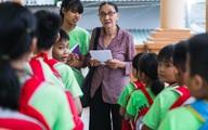"""Bà giáo U80 ngày bán vé số, tối đứng lớp """"gieo chữ"""" cho học sinh nghèo"""