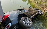 Hà Nội: Ô tô chở 4 người mất lái, tông gãy lan can rồi lao xuống hồ