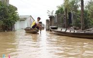 Người dân dọn đồ lên thuyền tránh lũ