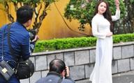 Mặc trời mưa rét, các thiếu nữ Hà thành vẫn diện áo dài chụp ảnh với hoa ban
