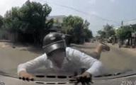 Nam thanh niên đi xe máy lao thẳng vào đầu ô tô, toàn cảnh sự việc khiến ai nấy sững sờ