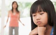 Thấy con gái khóc thét trong phòng ngủ, mẹ chạy vội vào xem thì tá hỏa bởi sự bất cẩn của người bố