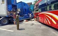 Xe khách và container tông nhau, cụ bà đứng đợi xe buýt bên đường tử vong