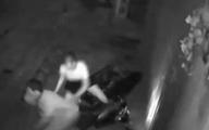 Thấy cửa nhà bị móp méo, chủ nhà kiểm tra camera an ninh thì phát hiện điều bất thường từ cặp đôi nam nữ trong đêm
