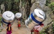 """Hình ảnh phụ nữ Hà Giang gánh """"bồn nước 1.200 lít"""" vượt bao đèo dốc về nhà khiến CĐM trầm trồ xen lẫn thắc mắc"""