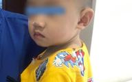 Tai nạn kinh hoàng: Mẹ đi pha sữa cho bú, bé trai 10 tháng tuổi bò xuống gầm bàn nuốt mảnh gương vỡ vào bụng