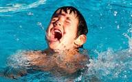 Phát hoảng với cách dạy trẻ tập bơi bằng cách ném con xuống nước, chuyên gia nói gì?