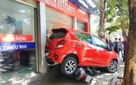 Nữ tài xế lùi xe đè 3 xe máy, đâm vỡ kính cửa trung tâm Anh ngữ