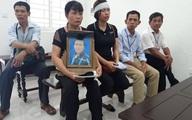 Mẹ tài xế Grab bị sát hại ôm chặt di ảnh con trai tới tòa