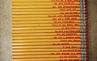 """Mẹ viết những lời đặc biệt lên cây bút chì để khích lệ con trai làm trái tim cô giáo """"tan chảy"""""""