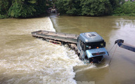 Cao Bằng: Ô tô bị nước bủa vây, cuốn trôi khi qua đập tràn