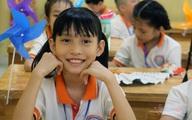 Rớt nước mắt lễ khai giảng đầu tiên của cô bé 10 tuổi chưa một ngày đến trường