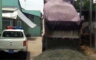 Xe ben đổ đá khi bị CSGT truy đuổi