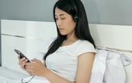 Cô gái 28 tuổi bị điếc vì thường thức khuya xem phim và đeo tai nghe trong thời gian dài