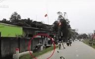Đi xe máy chạy tốc độ cao, 2 thanh niên đâm bay gương ô tô rồi phi xuống cống bên đường